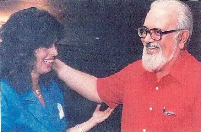 NOVEMBRO DE 1990 – BEATRIZ AMARAL recebendo o poeta, ensaísta, tradutor, professor e crítico literário HAROLDO DE CAMPOS no lançamento do livro PRIMEIRA LUA, quarto livro de BEATRIZ, escrito em colaboração com sua mãe, a escritora ELZA A. RAMOS AMARAL