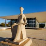 Escultura de Alfredo Ceschiatti à entrada do Supremo Tribunal Federal em Brasília/BR