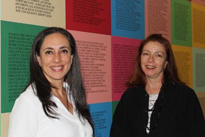 """Magnolia Costa e Ciça Bueno no corredor do MAM, onde ocorre o """" Projeto paredes"""", com Jenny Holzer. Clique aqui e saiba mais: http://mam.org.br/exposicao/jenny-holzer-projeto-parede"""